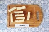 Шаг 4. Сыр нарезать брусочками.