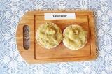 Шаг 5. Намазать пастой хлебцы.