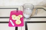 Шаг 5. Окунуть каждый кусочек яблока в тесто.