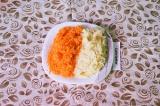 Шаг 3. На самой мелкой терке натереть морковь и картофель.