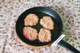 Шаг 6. Выложить ложкой фарш на раскаленную сковороду с маслом, формируя котлеты