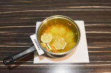 Шаг 4. Залить в кастрюлю воду, довести до кипения.