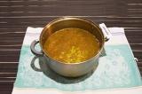 Шаг 1. Налить в кастрюлю воду, добавить специи, соль и горох, довести до кипения