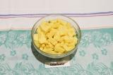 Шаг 2. Картофель порезать крупными кубиками.