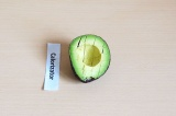 Шаг 3. Нарезать авокадо кубиками.