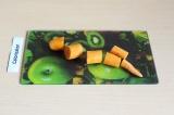 Шаг 4. Произвольно нарезать морковь.