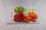 Шаг 1. Сельдерей, перец и лук нарезать кубиками, морковь – кружками, чеснок круп