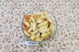 Шаг 1. Молодой картофель промыть и нарезать дольками.