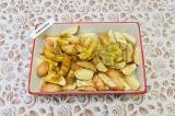 Шаг 3. Картофель разложить в форму для выпечки, приправить специями, смазать мас
