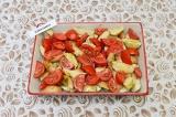 Шаг 4. Выложить сверху помидоры и немного подсолить.