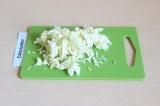 Шаг 2. Нарезать савойскую капусту произвольно.