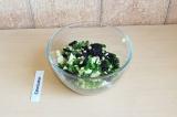 Готовое блюдо: салат Три капусты с изюмом и орехами