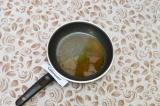 Шаг 2. На маленькой сковороде нагреть масло и обжарить остальные специи в течени