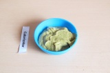 Шаг 11. Для соуса смешать авокадо, морковь – 20 гр., лук – 10 гр. и чеснок – 5 г