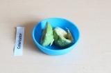 Шаг 7. Очистить авокадо и размять вилкой, отставить в сторону.