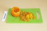 Шаг 2. Вырезать у помидора середину и нарезать мелкими кусочками.