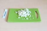 Шаг 3. Мелко нарезать цветную капусту.