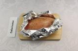 Шаг 1. Куриную грудку натереть солью, перцем и травами, завернуть в фольгу, запе