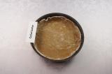Шаг 3. Круглую форму для выпекания присыпать мукой (30 гр.) и раскатать тесто