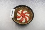 Шаг 6. Сыр и помидоры, чередуя, выложить на середину теста и присыпать травами.