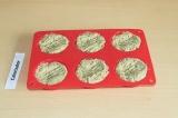 Шаг 6. Выложить тесто в формочки для выпекания и отправить в духовку на 35 минут