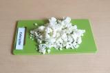 Шаг 2. Нарезать мелко цветную капусту.
