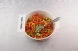 Шаг 9. В салат добавить семечки, заправить соусом и дать настояться 10 минут.