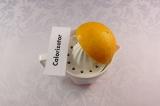 Шаг 7. В отдельную посуду выжать сок из половины апельсина.