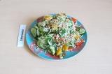 Готовое блюдо: салат из овощей и зелёной гречки