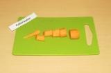 Шаг 1. Крупно порезать морковь.