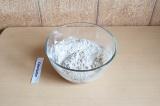 Шаг 4. Добавить жидкие ингредиенты к сухим.