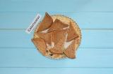 Шаг 1. Хлеб разрезать на треугольники и подсушить на сухой горячей сковороде до
