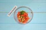 Шаг 3. Зеленый лук измельчить и добавить к помидорам.
