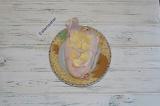 Шаг 1. Чеснок очистить и нарезать дольками, нашпиговать цыпленка чесноком.