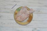 Шаг 2. Натереть птицу солью и перцем.