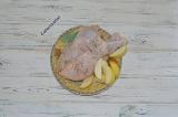 Шаг 3. Яблоко нарезать дольками и нафаршировать цыпленка.