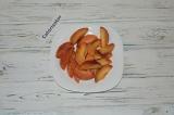 Шаг 5. Персики нарезать дольками.