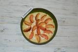 Шаг 7. На творог выложить персики. Запекать пирог в духовке около 40-45 минут