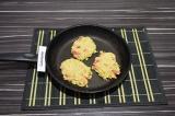 Шаг 4. Столовой ложкой выложить котлеты на раскаленную сковороду.