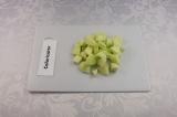 Шаг 1. Яблоки очистить, нарезать небольшими кубиками.
