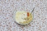 Шаг 3. Капусту и чечевицу смешать в глубокой миске, добавить специи, соль и горо