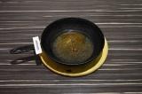 Шаг 1. На сковороде нагреть специи с подсолнечным маслом в течение двух минут.