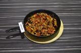 Шаг 4. Баклажаны и помидоры переложить в сковороду со специями, подсолить