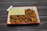 Шаг 7. В форму для выпечки уложить поочередно листы лазаньи и тушеные баклажаны.