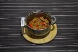 Шаг 4. Обжарить сейтан, морковь и помидоры в течение 7 минут в масле со специями