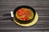 Шаг 6. Добавить помидоры, перец и аджику, тушить еще 5 минут, не перемешивая.