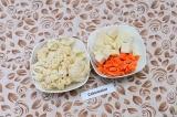 Шаг 1. Подготовить овощи и сыр: капусту разобрать на соцветия, сыр и морковь пор