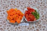Шаг 2. Тыкву нарезать кубиками, фасоль – брусочками, помидоры очистить и произво