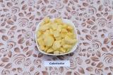 Шаг 3. Картофель нарезать крупными кубиками.