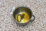 Шаг 4. В кастрюле с толстым дном нагреть масло и специи.
